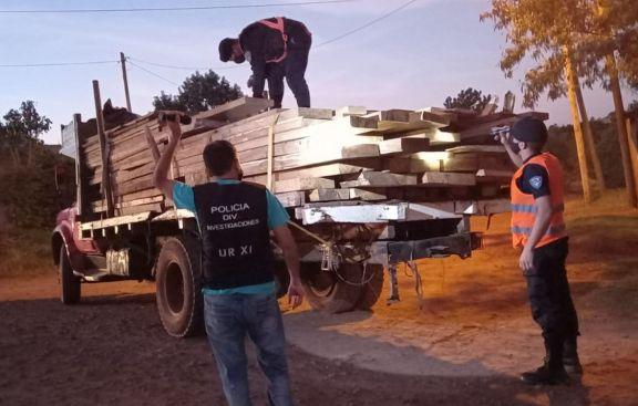 Camión retenido por circular con madera nativa robada