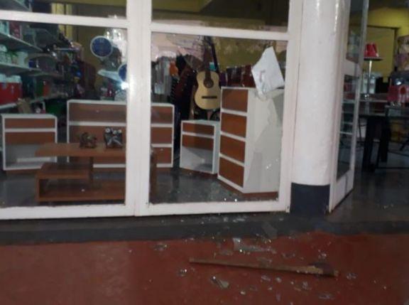 Con un hacha ingresaron para robar en una mueblería de San Pedro