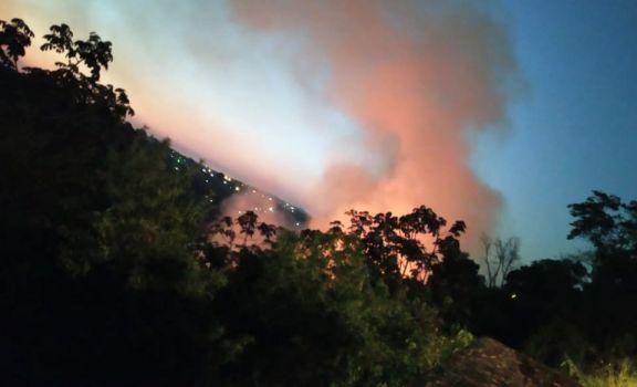 Iguazú: tres dotaciones combaten un incendio de gran magnitud en Ribera del Paraná