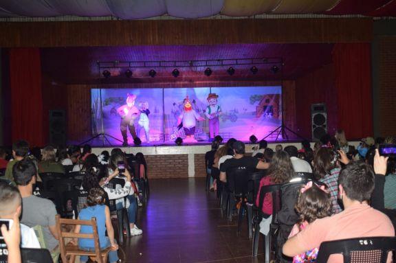 Música y baile en el show de la granja de Zenón en Jardín América