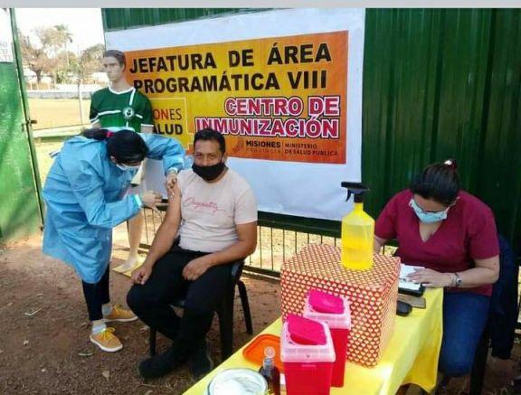 La vacunación en Jardín América avanza en puntos estratégicos; esta vez en el club El Timbó