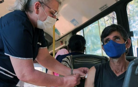 El colectivo vacunatorio sigue recorriendo los barrios y hay operativos en aserraderos
