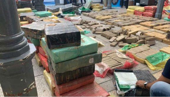 Incautan casi dos toneladas de droga oculta entre postes
