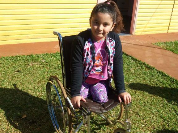 Guadalupe nació sin piernas y necesita una nueva silla de ruedas