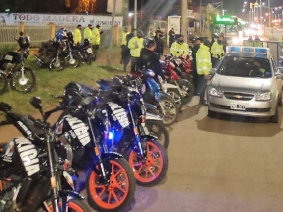 Atacaron a golpes a efectivos de la Policía en un control vial por haberlos multado