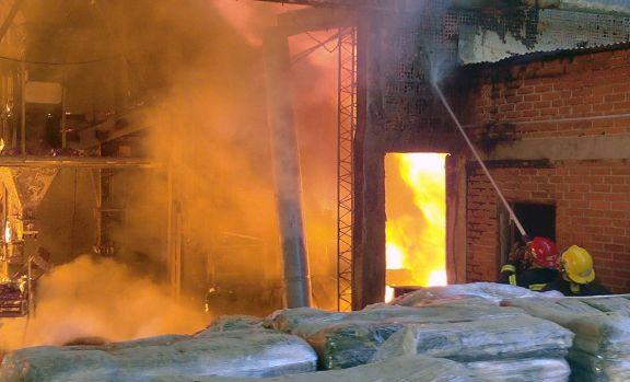 Voraz incendio consumió una empresa familiar en Capioví