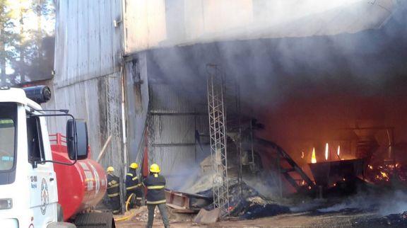 Incendio afectó un aserradero del Parque Industrial