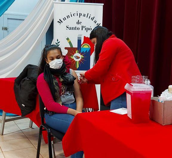 Sigue con buena concurrencia la vacunación contra el Covid en Jardín América, Pipó y Leoni