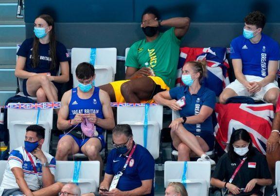 JJOO: el campeón británico Tom Daley teje en las tribunas de Tokio durante una final de saltos
