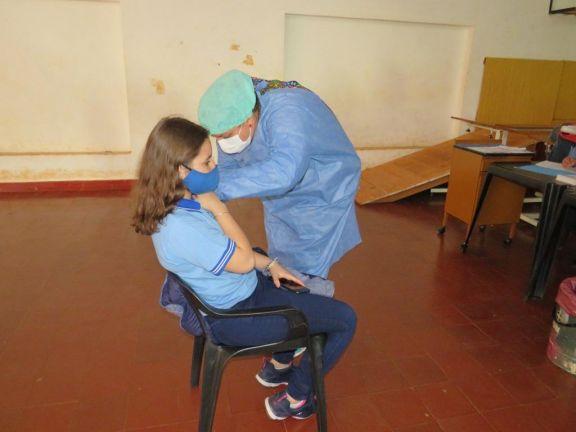 Con buena concurrencia, inició la vacunación a adolescentes en Libertad, Wanda y Esperanza
