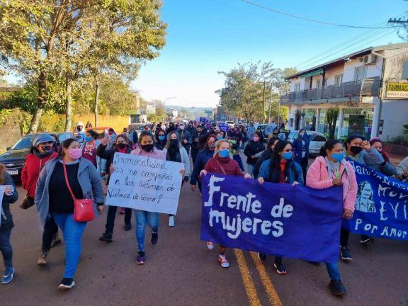 En Jardín América cientos de mujeres marcharon a favor de la madre que escapó de la violencia en Paraguay