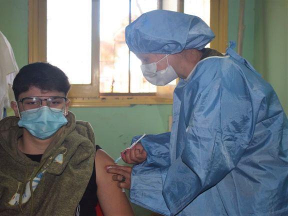 En Jardín América ya vacunan a menores, mientras que en Leoni y Pipó recién los están anotando