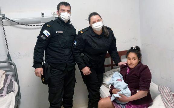 Policías asistieron a una mujer durante un parto en San Pedro