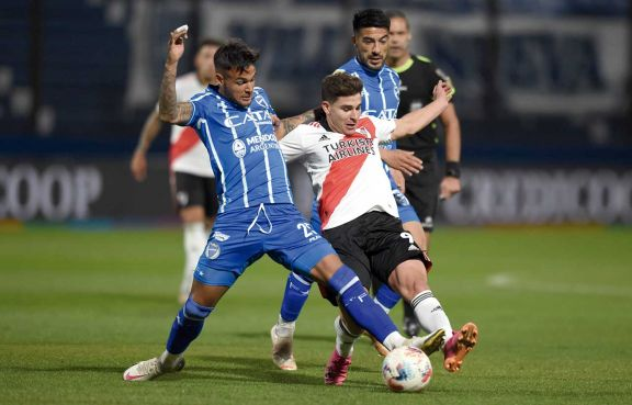 River tropezó en Mendoza y cedió terreno en la Liga Profesional