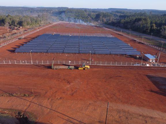 Son en total 2.500 paneles solares instalados para abastecer en parte la energía consumida por la firma que opera en Montecarlo.