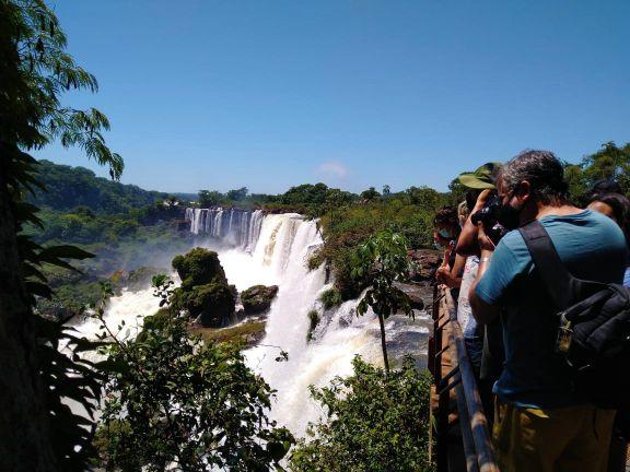 Iguazú espera a los turistas con un gran caudal de agua en Cataratas