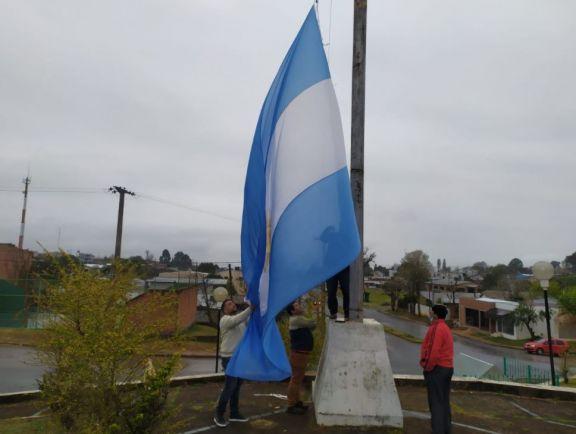Marcando presencia argentina en frontera vuelve a flamear la bandera argentina en el mástil mayor de Irigoyen