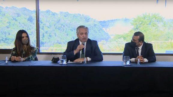 """Fernández relanzó el Previaje en las Cataratas y exhortó a """"encender la máquina del turismo"""""""