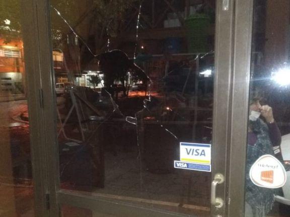 Eldorado: destrozaron vidrieras de comercios y el parabrisa de un auto sobre calle Lavalle