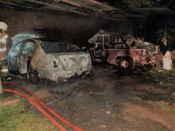 Incendio en un garage de una vivienda en Puerto Rico calcina dos vehículos