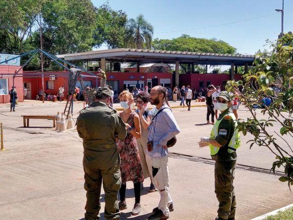 Parte de los turistas que cruzaron desde Foz de Iguazú a la Argentina.