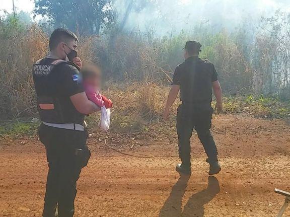 Susto en la comunidad Guapo'y: policías rescataron de un incendio a una mujer y sus cuatro hijos