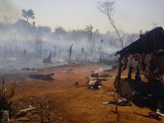 Incendio de pastizales pone en riesgo a la comunidad Fortín Mbororé en Iguazú