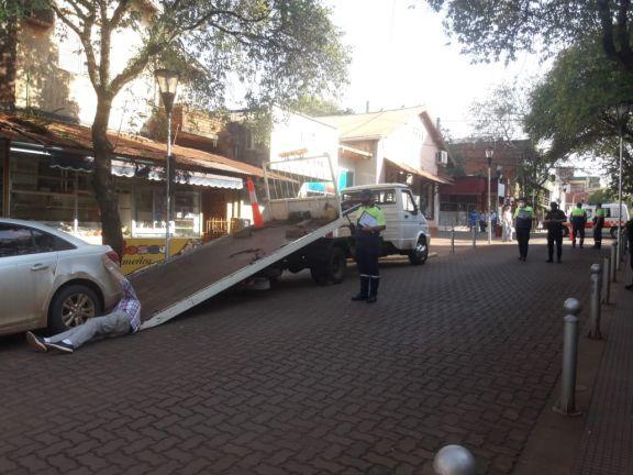 Inspectores municipales controlando el momento de retención preventiva de un vehículo en Eldorado.
