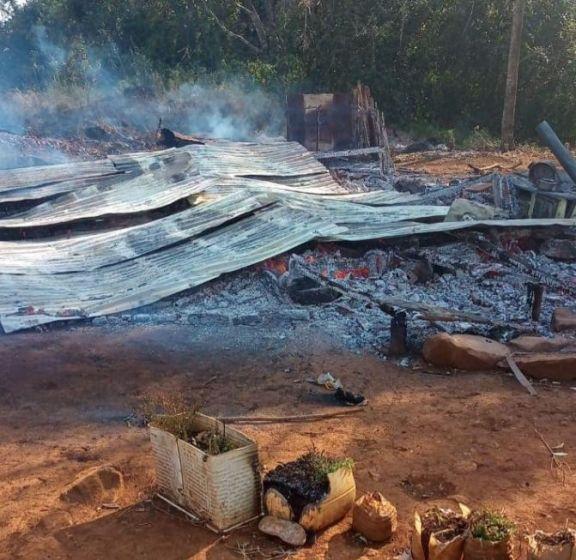 Pozo Azul: madre y sus seis hijos, se quedaron con lo puesto al quemarse su vivienda