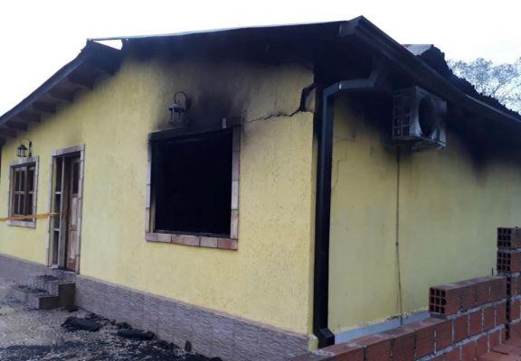 Incendio destruyó parcialmente una vivienda en Santa Ana