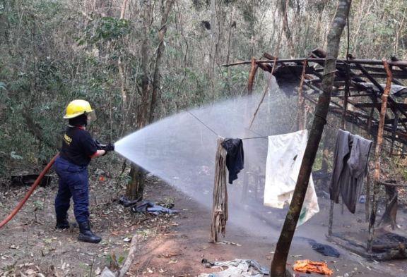 Incendio consumió una vivienda precaria construida en la Selva Yryapú