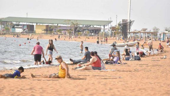 En pleno invierno, el calor convocó a miles de posadeños a las playas
