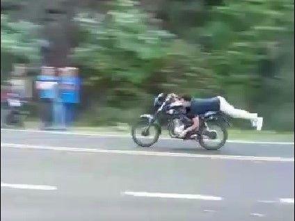 Jóvenes de Panambí se desafían, apuestan y corren picadas acostados en sus motos