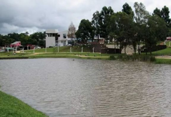 Auxiliaron a una joven que cayó al lago Integración de Irigoyen