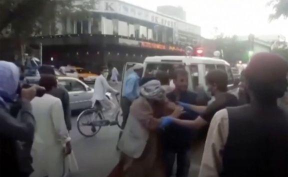 Ataques suicidas provocan una matanza en el aeropuerto de Kabul en medio de evacuaciones