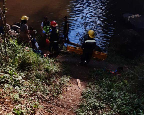 Bomberos rescataron a un joven lesionado en el Salto Mbocay