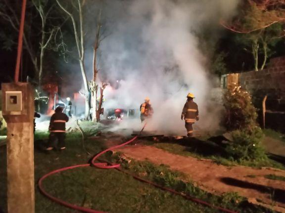 El fuego consumió la vivienda y la vida de un hombre y su hijo de 8 años