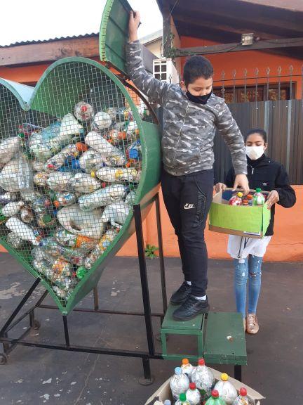 Impulsan la confección de botellas de amor en las escuelas para reducir la cantidad de residuos
