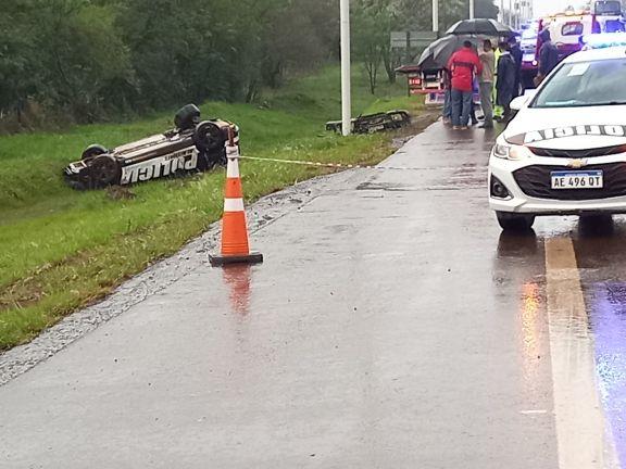 Dos policías fueron hospitalizados tras volcar con el Audi TT a metros del destacamento vial