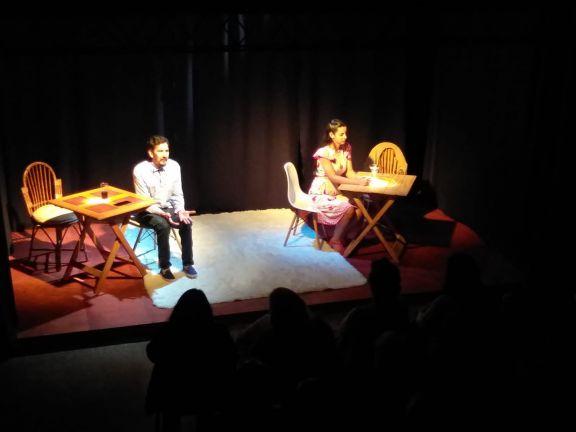 """La obra de teatro """"diez minutos antes del beso"""" se presentó en Jardín América"""