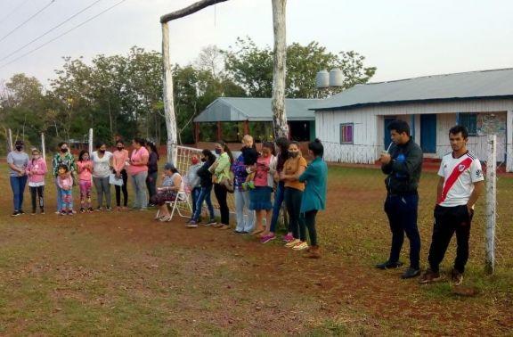 Padres toman edificio escolar en Pozo Azul