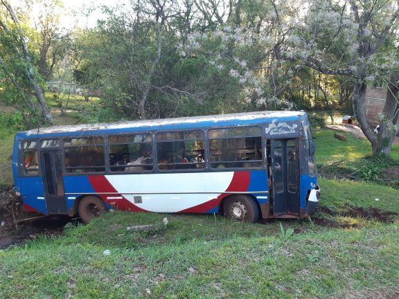 Oberá: colectivo que trasladaba a tareferos quedó sin frenos y cayó a un descampado
