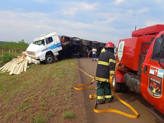 Camión cargado con madera despistó y volcó sobre la ruta 12 en Candelaria