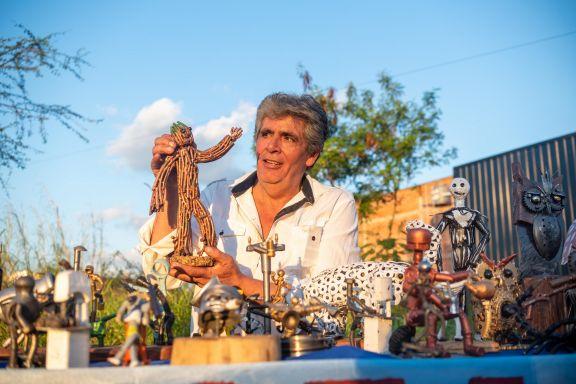 Carlos y el universo mágico  de piezas metálicas