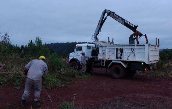 Libertad: postes y líneas eléctricas por el suelo en la zona rural, secuelas del temporal
