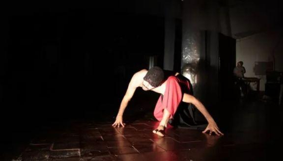 Obra de teatro físico y con el público libre de moverse