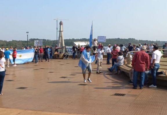 Iguazú: vecinos se manifestaron en el Hito Tres Fronteras por la apertura del puente