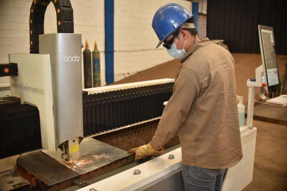 Con una máquina de corte láser apostaron a la innovación en la metalurgia misionera