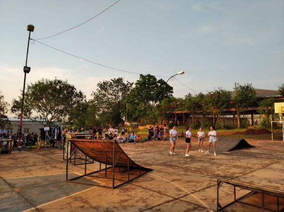 Jóvenes participan de un evento cultural en Jardín América