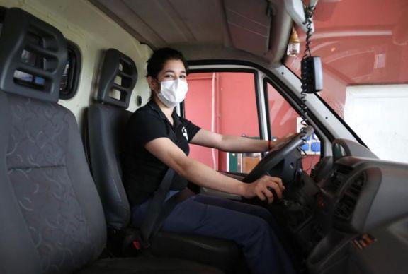 Verónica, la primera chofer frente a una ambulancia de la Red de Traslados